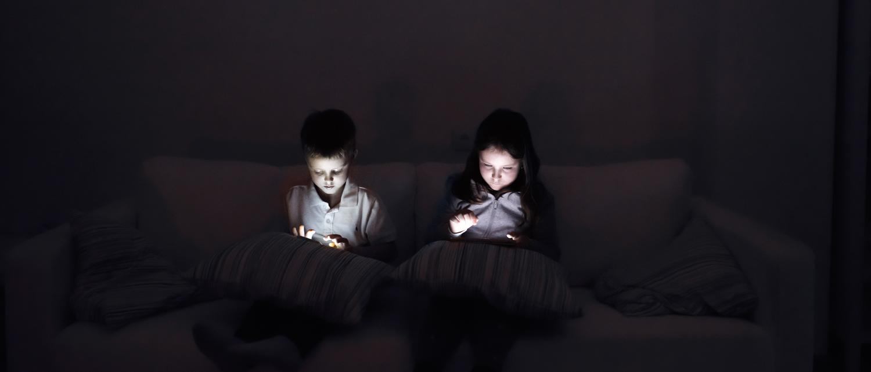To børn med tablets