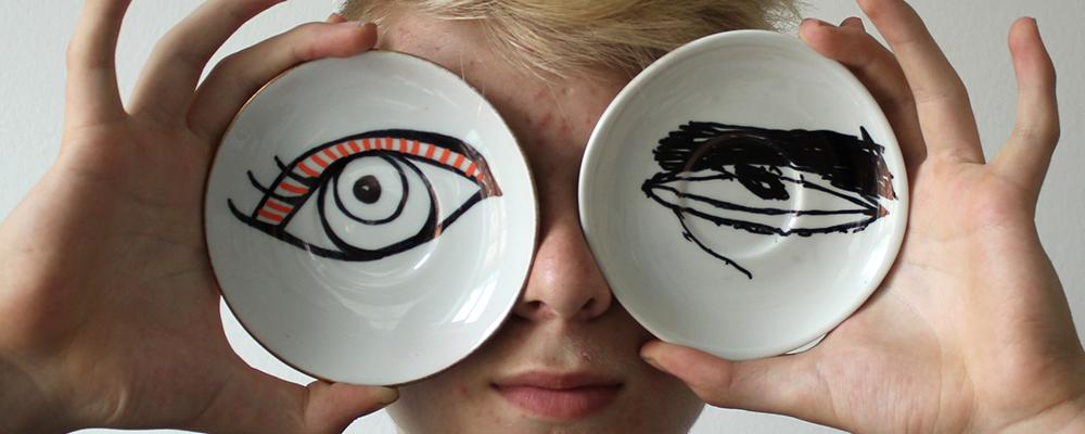 Barn der har to underkopper op foran øjnene
