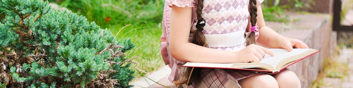 Foto: Pige læser bog