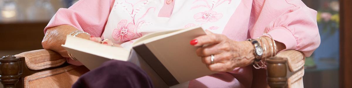 Foto: Dame med bog