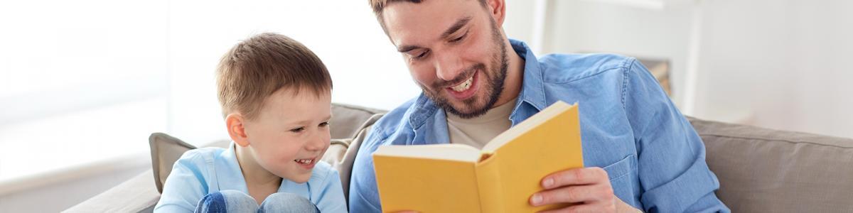 Foto: Far og søn læser