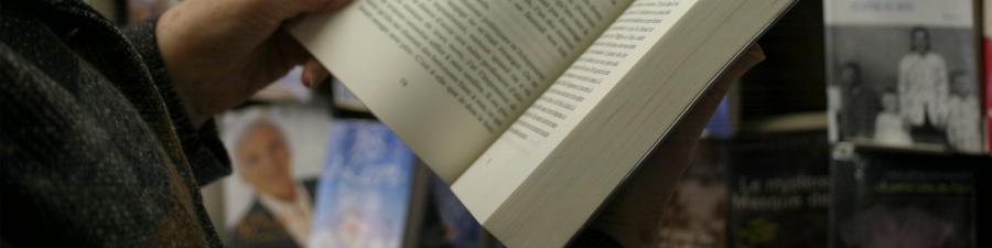 Foto: Person der læser bog