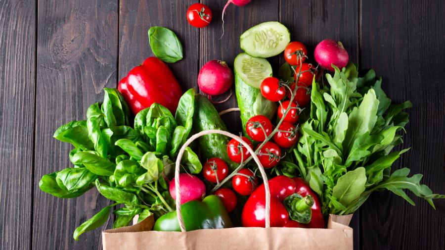 Grønsager der falder ud af pose