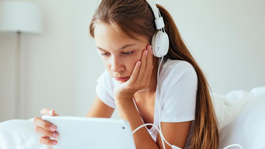 Pige der bruger en tablet