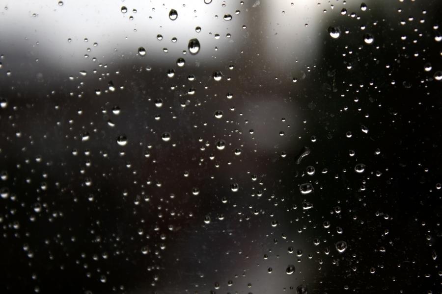 Regndråber på mørk rude