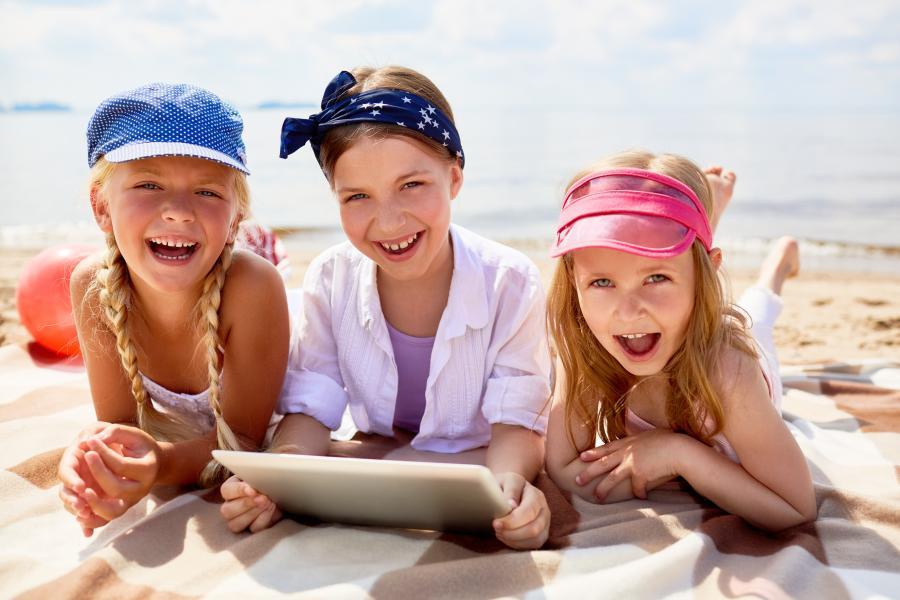 Piger på en strand