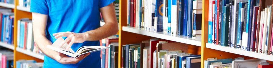 Foto: Mand læser bog