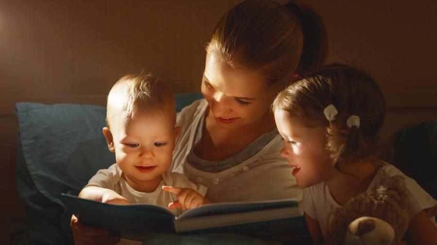 Mor og to børn der læser