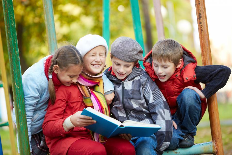 Børn læser en bog