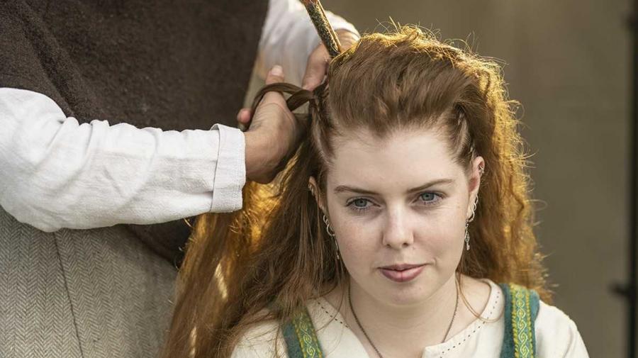 Pige får flettet hår