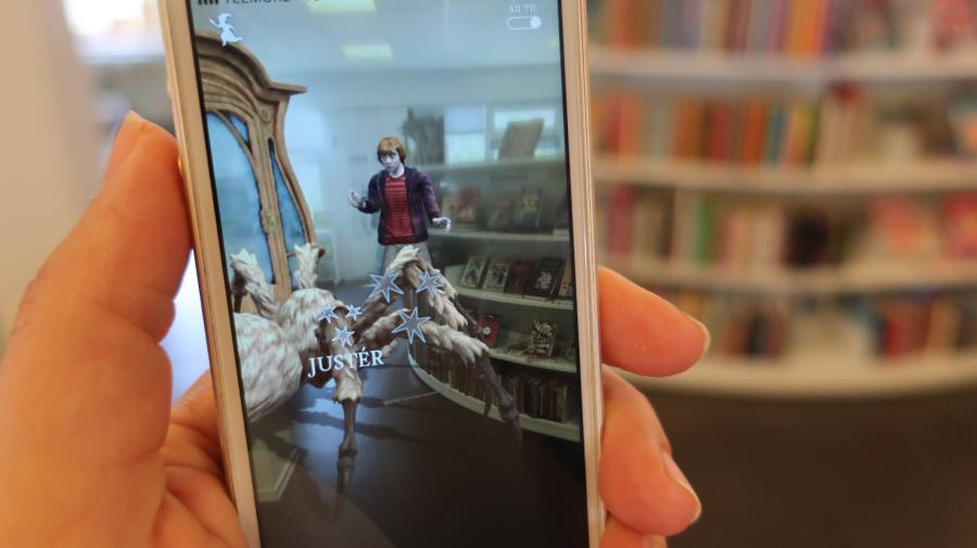 Foto: Mobiltelefon med Wizard Unite-spil